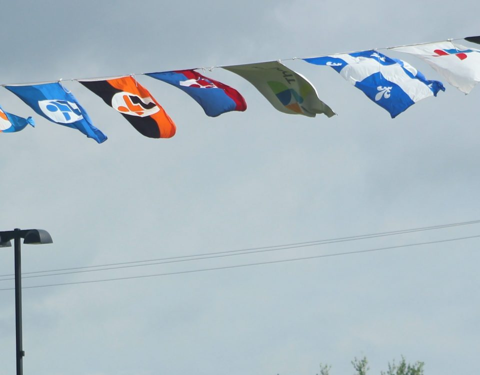 Les drapeaux de l'ensemble des délégations présentes aux Jeux du Québec