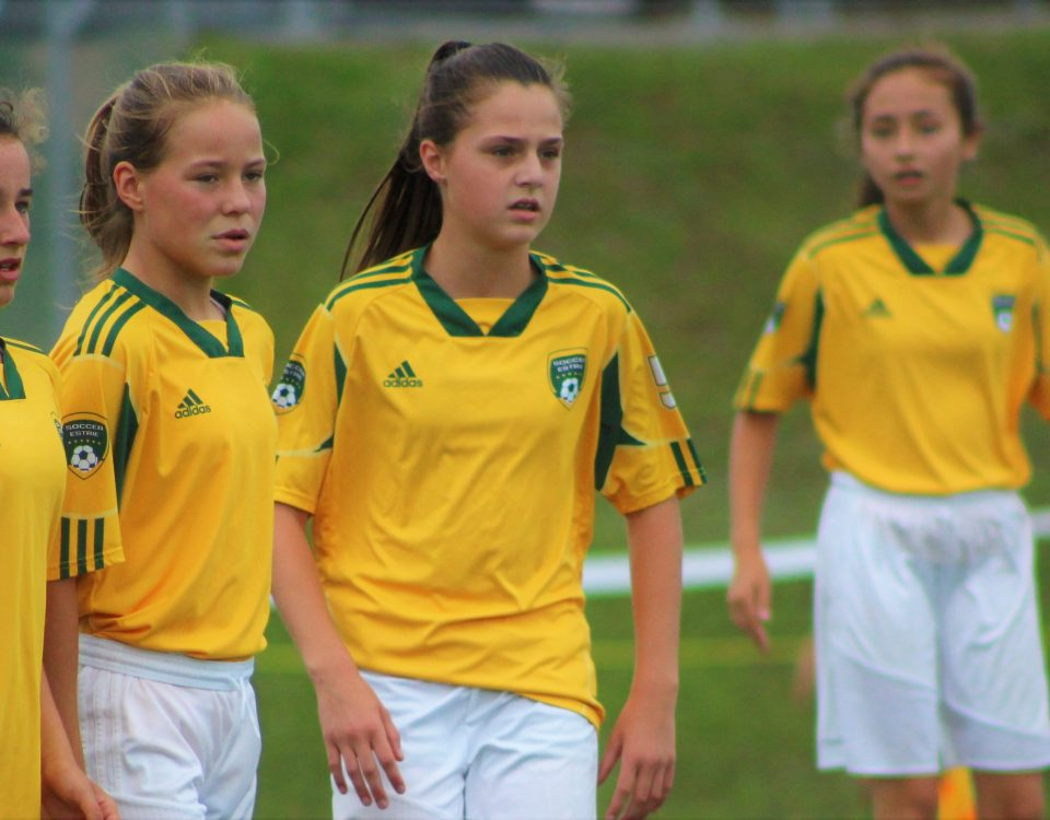 Trois filles sur un terrain de soccer aux Jeux du Québec