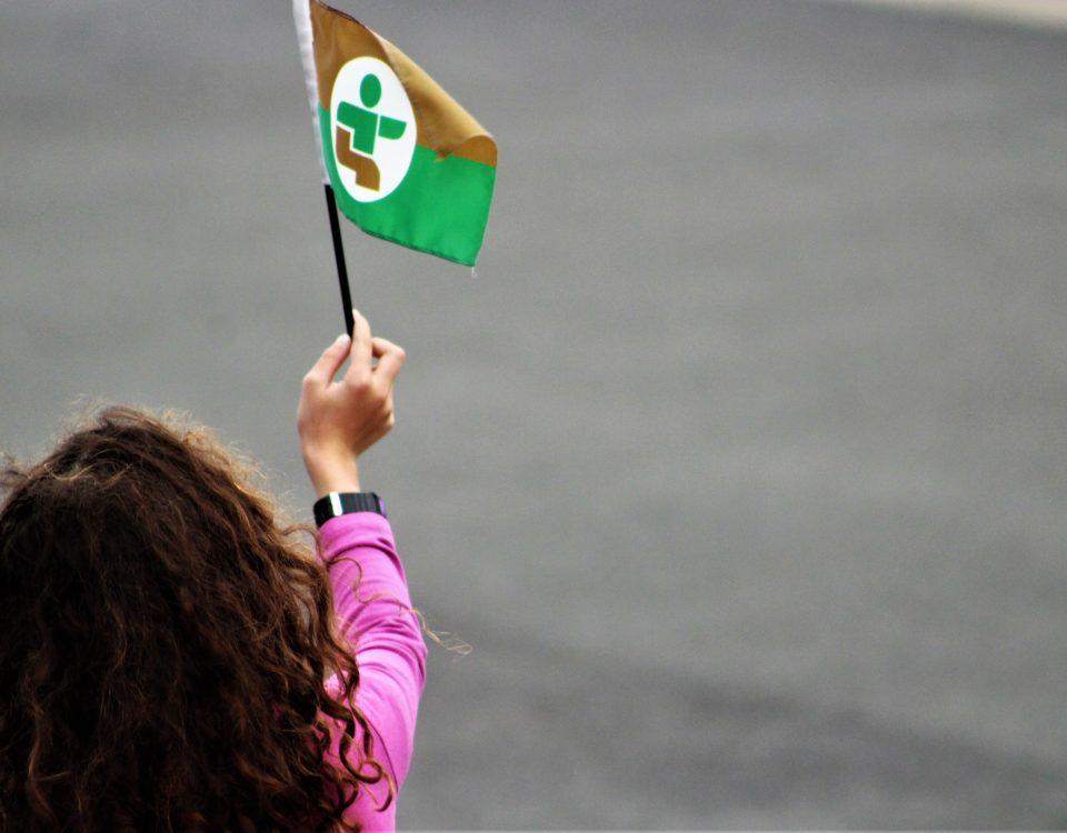 Jeune fille avec le drapeau de la délégation estrienne des Jeux du Québec